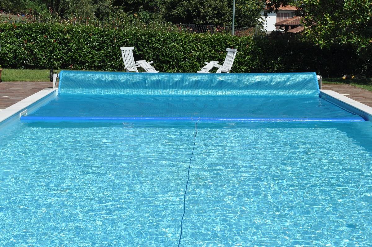 Proteggi e risparmia i costi di gestione mantenendo più calda l'acqua della tua piscina